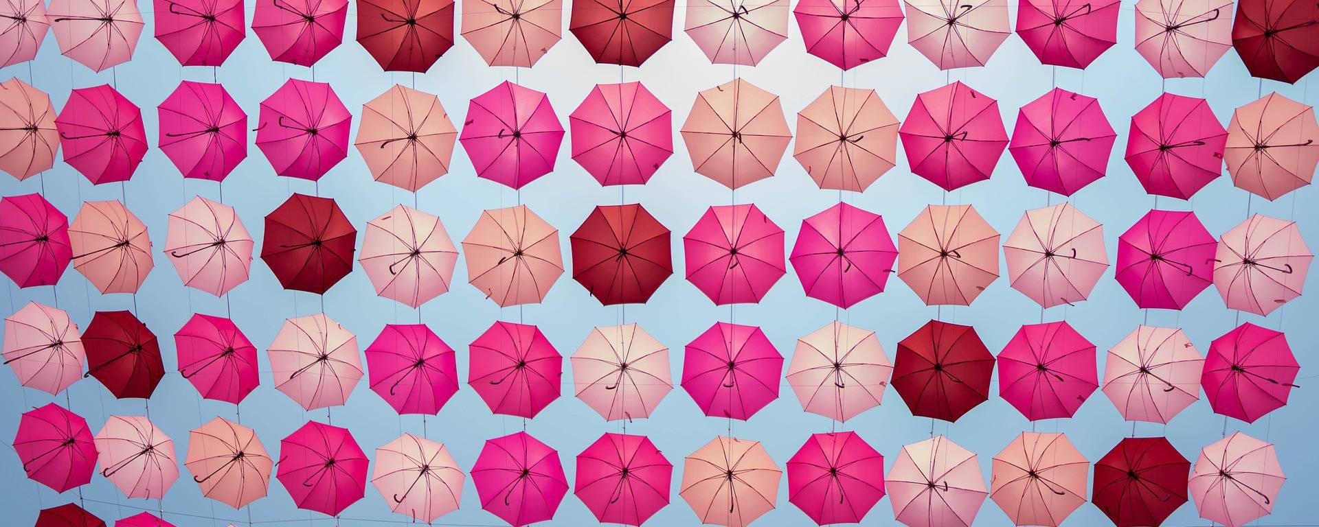 Ciel de parapluies Octobre Rose à La Roche-Posay