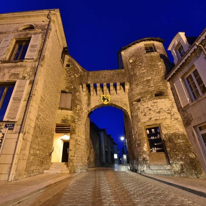 Porte de ville de nuit La Roche-Posay ©BURGHELLE Gérard